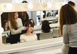 憧れのモデルそっくりを目指せ!ハイスクール1年生が、修了展のヘアアレンジを練習中!