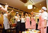 ようこそ、パティシエコースのカフェへ。皿盛りデザート「デセール」をオープンキッチンで調理販売!