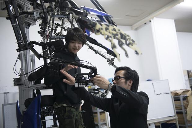 巨大外骨格スーツ「スケルトニクス」が特別授業で来校!