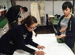 【授業レポート!】ファッションデザイン学科 修了展に向けてのオリジナル作品制作~トワルチェック実施~